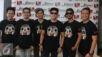 Grup band Repvblik berpose usai peluncuran album kedua di kawasan Tugu Tani, Jakarta, Rabu (7/9). Album kedua Repvblik bertajuk 'Aku Tetap Cinta' dengan memuat 13 lagu.(Liputan6.com/Herman Zakharia)