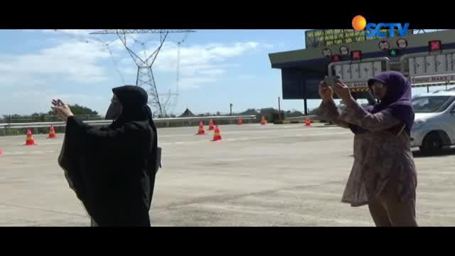 Satlantas Polres Salatiga memasang spanduk larangan berfoto di sepanjang jalan Tol Salatiga