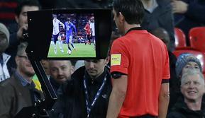 Wasit Jerman, Deniz Aytekin, mengecek layar VAR (Video Assistant Referee) pada laga persahabatan antara Inggris versus Italia di London, 27 Maret 2018. (AFP/Ian Kington)