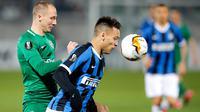 Striker Inter Milan, Lautaro Martinez berebut bola dengan pemain Ludogorets, Anton Nedyalkov dalam leg pertama 32 besar Liga Europa di Huvepharma Arena, Kamis (20/2/2020). Inter Milan sukses membawa pulang kemenangan usai mengalahkan tuan rumah Ludogorets 2-0. (AP/Vadim Ghirda)