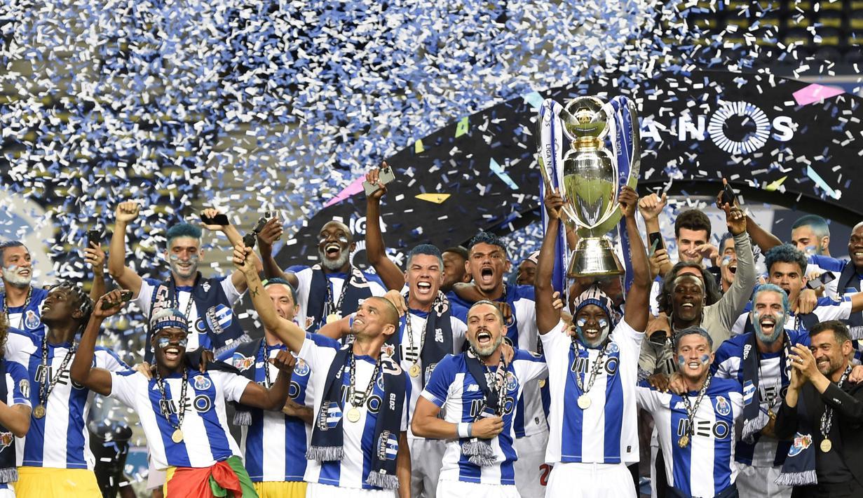 Para pemain FC Porto melakukan selebrasi usai memastikan diri menjadi juara Liga Portugal di Stadion Dragao, Senin (20/7/2020). FC Porto menjuarai Liga Portugal ini untuk yang ke-29 kalinya. (AFP/Miguel Riopa)