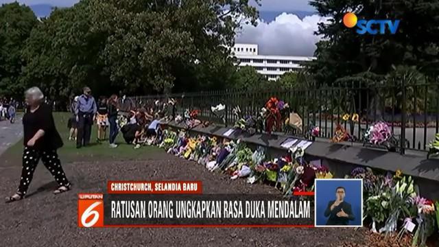 Untuk mengungkapkan duka atas teror di Masjid Al Noor, Christchurch, warga Selandia Baru tabur bunga di rumah sakit tempat korban jalani perawatan.
