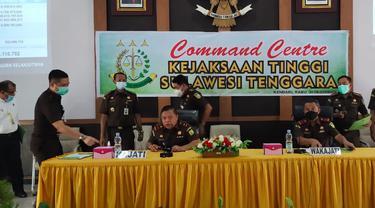 Kepala Kejaksaan Tinggi Sulawesi Tenggara (Kajati Sultra), Sarjono Turin bersama jajaran saat menggelar Konfrensi Pers dugaan Korupsi Disdub Sultra (Arfandi Ibrahim/Liputan6.com)