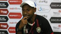 Elie Aiboy, pelatih Persewar Waropen. (Bola.com/Aditya Wany)