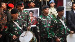 Prajurit TNI mengiringi upacara persemayaman jenazah Ani Yudhoyono di Puri Cikeas, Bogor, Jawa Barat, Minggu (2/6/2019). Ani Yudhoyono dimakamkan di samping pusara istri presiden ke-3 RI BJ Habibie, Ainun Habibie. (Liputan6.com/Immanuel Antonius)
