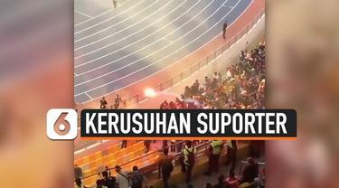Terekam video, detik-detik suporter Malaysia melempar flare ke arah suporter timnas Indonesia di stadion Bukit Jalil, Kuala Lumpur, Selasa (19/11/2019).