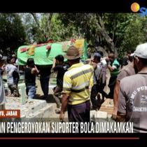 Rekan-rekan korban datang mengenakan berbagai atribut Persija Jakarta sebagai bentuk penghormatan terhadap korban.