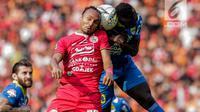 Pemain Persija Jakarta Rohid Chand berebut bola udara dengan pemain Persib Bandung pada laga Shopee Liga 1 di Stadion Utama GBK, Senayan, Jakarta, Rabu (10/7/2019). Dalam pertandingan babak pertama Persija vs Persib masih imbang 0-0. (Liputan6.com/Faizal Fanani)