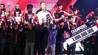 Kapten tim Persipura, Boaz Salossa mengangkat piala tim terbaik ISC 2016 saat malam penghargaan di Hotel Aryaduta Bandung, Minggu (8/1). Persipura tampil sebagai tim terbaik sekaligus juara ISC 2016. (Liputan6.com/Helmi Fithriansyah)