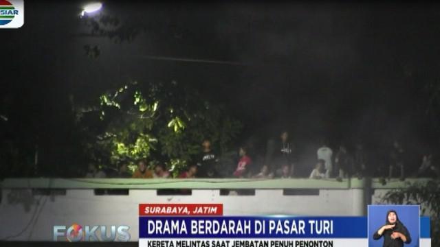 Dalam gambar video amatir terlihat sejumlah penonton yang berada di jembatan perlintasan kerta di Pasar Turi tewas karena terserempet tubuh kereta.
