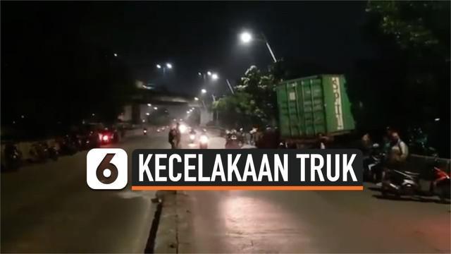 1 orang terluka akibat rumahnya ditabrak oleh truk kontainer. Kecelakaan ini terjadi di Jlalan RE Martadinata Jakarta Utara.