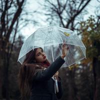 Jauh dari kesan membosankan, coba tampilan gaya di musim hujan dengan tips beriku ini.