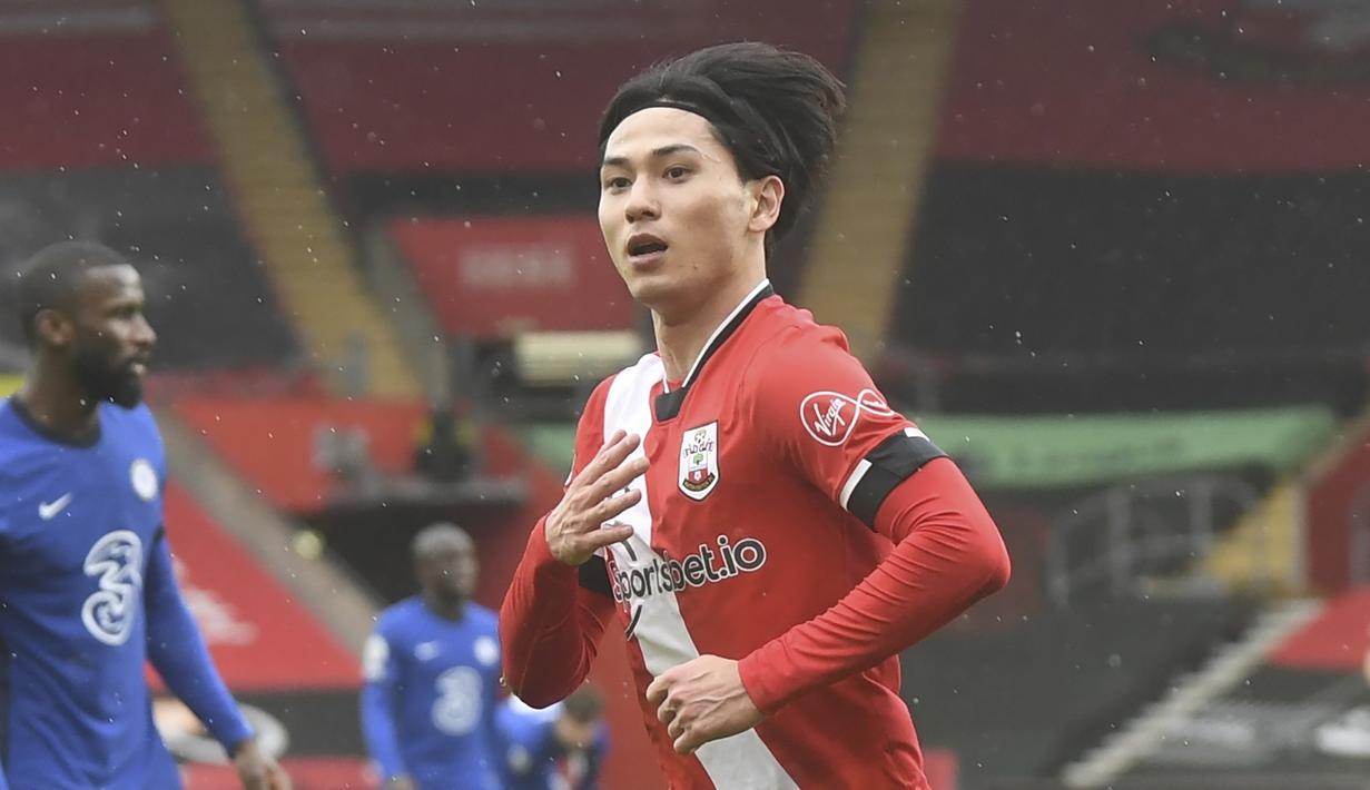 Gelandang Southampton, Takumi Minamino melakukan selebrasi usai mencetak gol ke gawang Chelsea dalam laga lanjutan Liga Inggris 2020/21 pekan ke-25 di St. Mary's Stadium, Southampton, Sabtu (20/2/2021). Southampton bermain imbang 1-1 dengan Chelsea. (AP/Neil Hall/Pool)