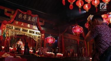 Warga melakukan sembahyang Imlek di Vihara Dhanagun, Bogor, Selasa (5/2). Vihara yang juga dikenal sebagai Vihara Hok Tek Bio menjadi pusat kegiatan keagamaan 3 kepercayaan, yaitu Taoisme, Konghucu, serta Buddha. (Liputan6.com/Helmi Fithriansyah)