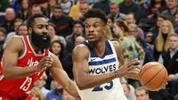 James Harden menjaga Jimmy Butler saat Rockets mengalahkan Timberwolves  (AP)