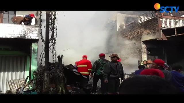 Polisi menduga kebakaran dipicu kelalaian pemilik rumah yang bekerja sebagai pengumpul barang bekas.