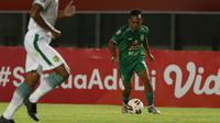 Irfan Jaya merupakan pemain teranyar dari Persebaya Surabaya yang bergabung bersama PS Sleman. Malah, ia meninggalkan Persebaya pada awal musim ini dengan langsung bergabung bersama Elang Jawa. (Bola.com/Ikhwan Yanuar)