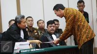 Gubernur DKI Jakarta, Basuki Tjahaja Purnama (Ahok) memberikan berkas saat sidang kasus dugaan penistaan agama di Gedung Kementerian Pertanian, Jakarta, Selasa (25/4). Sidang beragendakan pembacaan pledoi. (Liputan6.com/Miftahul Hayat/Pool)