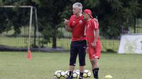 Pelatih Persija Jakarta, Ivan Kolev, memimpin latihan di Lapangan Sutasoma Halim, Jakarta, Rabu (16/1). (Bola.com/Yoppy Renato)