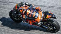Pebalap Red Bull KTM Factory, Johann Zarco, saat beraksi pada tes pramusim MotoGP 2019 di Sirkuit Sepang, Kamis (7/2). Pada tes pramusim kali ini Maverick Vinales menduduki posisi pertama dengan catatan waktu 1 menit 58.897 detik. (AFP/Mohd Rasfan)