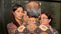 Nadya Mulya memberikan semangat kepada ayahnya, Budi Mulya yang terjerat kasus dugaan tindak pidana korupsi pemberian fasilitas pendanaan jangka pendek (FPJP) kepada Bank Century, Pengadilan Tipikor, Jakarta, Rabu (16/7/2014) (Liputan6.com/Miftahul Hayat)