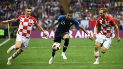 Striker Prancis, Kylian Mbappe, saat berebut bola dengan pemain Kroasia pada laga final Piala Dunia 2018 di Luzhniki Stadium, Moscow, (15/6/2018). Prancis menang 4-2 atas Krosia. (AFP/Franck Fife)