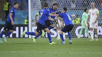 Gelandang Italia, Manuel Locatelli (tengah) melakukan selebrasi usai mencetak gol kedua ke gawang Swiss dalam laga Grup A Euro 2020 di Olimpico Stadium, Roma, Kamis (17/6/2021) dini hari WIB. (Foto: AP/Pool/Ettore Ferrari)