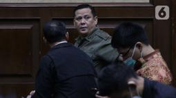 Terdakwa kasus suap penghapusan red notice Djoko Tjandra, Irjen (Pol) Napoleon Bonaparte (tengah) sesaat sebelum menjalani sidang lanjutan di Pengadilan Tipikor, Jakarta, Senin (8/2/2021). Sidang beragendakan mendengar keterangan terdakwa. (Liputan6.com/Helmi Fithriansyah)
