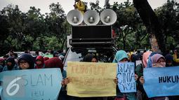 Sejumlah mahasiswi membawa poster saat melakukan aksi unjuk rasa di depan Gedung Balai Kota, Jakarta, Selasa (18/10). (Liputan/Faizal Fanani)