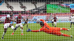 Gelandang West Ham United, Michail Antonio (kiri) melepaskan tendangan yang berbuah gol pertama timnya ke gawang Tottenham Hotspur dalam laga lanjutan Liga Inggris 2020/21 pekan ke-25 di The London Stadium, Minggu (21/2/2021). West Ham menang 2-1 atas Tottenham. (AFP/Clive Rose/Pool)
