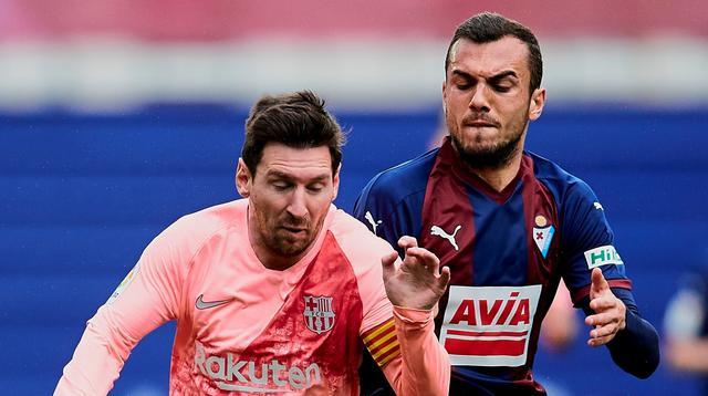 Penyerang Barcelona, Lionel Messi, saat berdue duel memperebutkan bola dengan gelandang Eibar, Joan Jordan, pada laga pekan ke-38 La Liga di Ipurua Municipal Stadium, Minggu (19/5/2019). (AP Photo/Ion Alcoba)