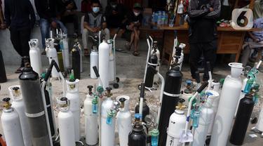 FOTO: Antrean Panjang Pengisian Ulang Oksigen Medis