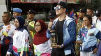 Selebritas, Bertrand Antolin menjadi salah satu pembawa lentera Asian Para Games dalam torch relay di Solo, Rabu (5/9).(Liputan6.com/Fajar Abrori)