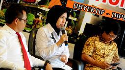 """dr Riza dari Rehabilitasi BNN (tengah) didampingi Psikolog dan pemerhati anak Seto Mulyadi saat menjadi pembicara dalam diskusi """"Kasus Penelantaran Anak atau KDRT"""" di Gedung Divisi Humas Mabes Polri, Jakarta, Senin (18/5). (Liputan6.com/Faisal R Syam)"""