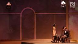 Reza Rahadian dan Marsha Timothy saat tampil dalam pertunjukkan Bunga Penutup Abad di Taman Ismail Marzuki, Jakarta (17/11). Pertunjukan ketiga kalinya ini menjadi jawaban permintaan masyarakat. (Fimela.com/Bambang E.Ros)