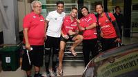 Striker Madura United, Aleksandar Rakic, setelah mendapatkan perawatan di Rumah Sakit dr. Soegiri, Lamongan,  Minggu (31/3/2019). (Bola.com/Aditya Wany)