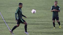 Pemain Timnas Indonesia, Febri Hariyadi, mengontrol bola saat latihan di Stadion Madya Senayan, Jakarta, Selasa (22/11). Latihan ini persiapan jelang laga Piala AFF 2018 melawan Filipina. (Bola.com/Yoppy Renato)