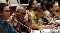 Ketua KPU Arief Budiman (dua kiri) mengikuti rapat dengar pendapat dengan Komisi II DPR di Jakarta, Selasa (13/3). Rapat tersebut membahas Peraturan KPU (PKPU) yang mengatur pelaksanaan Pemilu 2019. (Liputan6.com/JohanTallo)