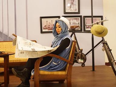 Wanita yang akrab disapa Vindy ini mulai dikenal dengan video YouTube tutorial face painting mirip karakter seperti Jokowi, Suzanna, Soekarno, dan karakter lain. Tak hanya itu ia juga memiliki penampilan yang modis. (Liputan6.com/IG/@inivindy)