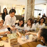 Amanda dan Lea juga berbagi cerita mengenai kolaborasi mereka dengan Salt and Pepper. Selama ini Lekat terkenal dengan pakaian motif tenun Baduy. (Adrian Putra/Fimela.com)