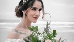 Meski dikenal sering tampil natural, di momen pernikahannya ia tampil cantik dengan riasan wajah. Apalagi gaya rambutnya yang ditata rapi membuat Sheila Marcia kian memesona. Gaun yang dikenakannya pun terlihat cocok. (Liputan6.com/IG/@itssheilamj)