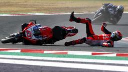 Pembalap MotoGP Francesco Bagnaia terjatuh di depan Maverick Vinales saat memimpin balapan MotoGP Emilia Romagna 2020 di Sirkuit Misano, Misano Adriatico, Italia, Minggu (20/9/2020). Bagnaia terjatuh dan tak bisa melanjutkan pertandingan yang tinggal tersisa tujuh lap. (AP Photo/Antonio Calanni)