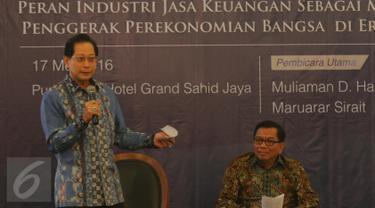 Presdir PT BCA Tbk, Jahja Setiaatmadja (Kiri) dan Dirut BRI Asmawi Syam dalam diskusi Indonesia CEO Talks di Jakarta, (17/5). Diskusi membahas peran industri Jasa Keuangan sebagai motor penggerak perekonomian bangsa di era MEA. (Liputan6.com/Angga Yuniar)
