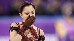 Ekspresi atlet skating asal Rusia, Evgenia Medvedeva saat skornya dikalahkan oleh rekan senegaranya Alina Zagitova di Olimpiade Musim Dingin Pyeongchang 2018 di Ice Arena, Gangneung, Korea Selatan, Jumat (23/2). (AP Foto/Bernat Armangue)