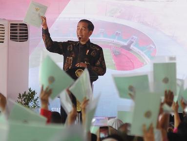 Presiden Joko Widodo memberikan kata sambutan saat membagikan sertifikat tanah di kawasan Stadion Pakansari, Cibinong, Bogor, Selasa (25/9). Jokowi membagikan 7.000 sertifikat tanah kepada masyarakat kabupaten dan kota Bogor. (Merdeka.com/Arie Basuki)