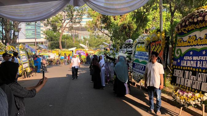 Suasana duka di rumah Presiden ketiga RI BJ Habibie di Patra Kuningan, Jakarta Selatan. (Liputan6.com/Delvira Hutabarat)