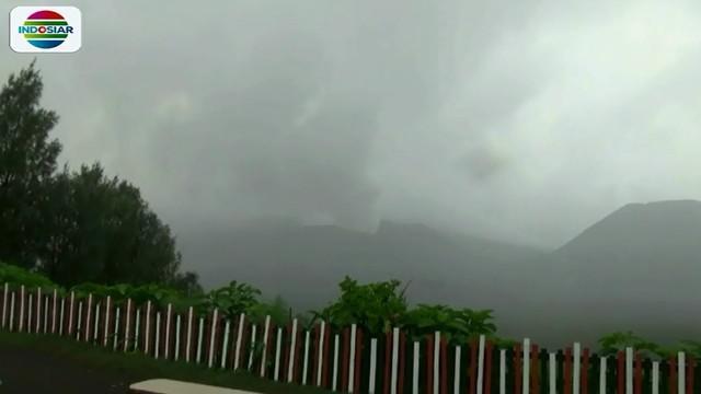 Pada waktu-waktu tertentu, bau belerang juga cukup kuat tercium hingga ke lereng sekitar Gunung Bromo.