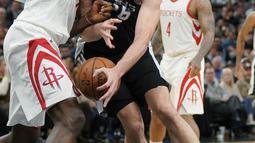 Aksi pemain Spurs, Pau Gasol menerobos pertahanan pemain Houston Rockets, Clint Capela pada lanjutan NBA basketball game di AT&T Center, San Antonio, (1/02/2018). Houston menang 102-91. (AP/Darren Abate)
