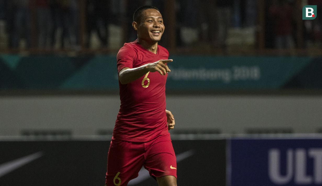 Gelandang Timnas Indonesia, Evan Dimas, merayakan gol yang dicetaknya ke gawang Mauritius pada laga uji coba di Stadion Wibawa Mukti, Jawa Barat, Selasa (11/9/2018). Indonesia menang 1-0 atas Mauritius. (Bola.com/Vitalis Yogi Trisna)