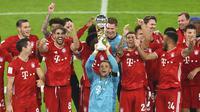 Bayern Munchen merayakan keberhasilan merayakan gelar Piala Super Jerman,setelah mengalahkan Borussia Dortmund, Kamis (1/10/2020) dini hari WIB. (Andreas Gobert/Pool via AP)